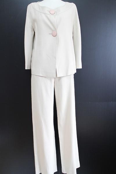 ヨシエイナバ ノーカラーパンツスーツ