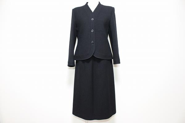 ジュウジンプラザ ノーカラースカートスーツ