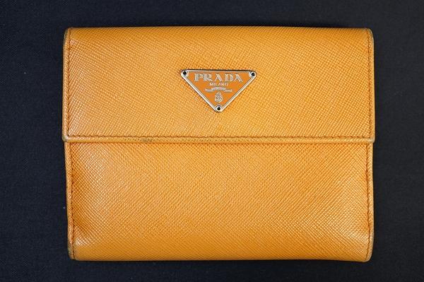 プラダ ダブルホックサフィアーノレザー二つ折り財布